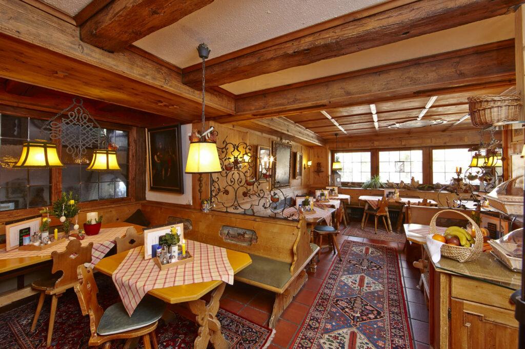 Hotel Gästehaus Bichlerhof Mittenwald Fruehstueck Buffet Fruehstücksraum